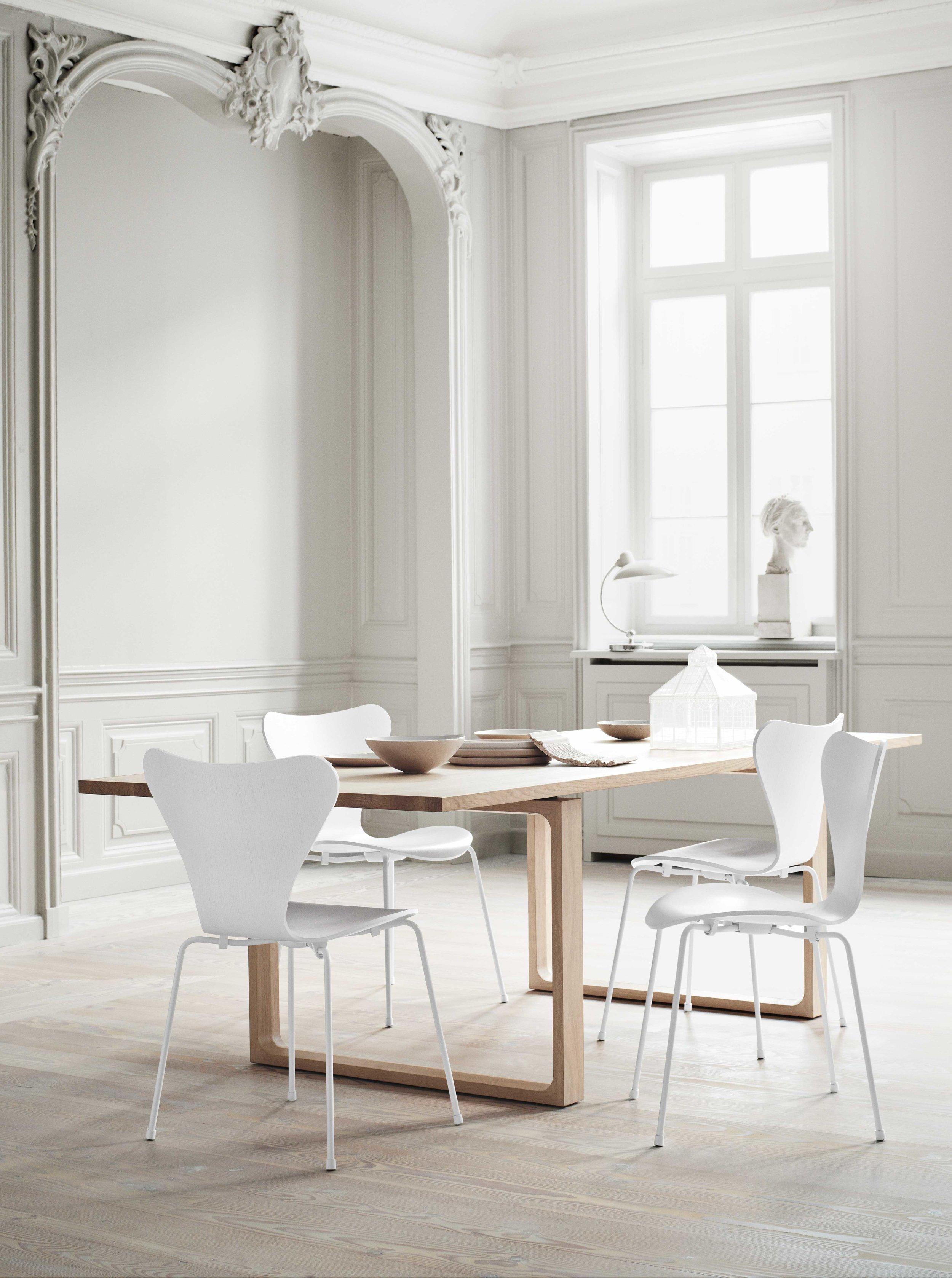 Det fins ikke finere design enn klassiske godbiter, gjør det vel? Vi nyter synet av 7èren signert Arne Jacobsen for Fritz Hansen. Du får stolene hos vår lokale partner på Hop, Berle Møbler & Interiør.