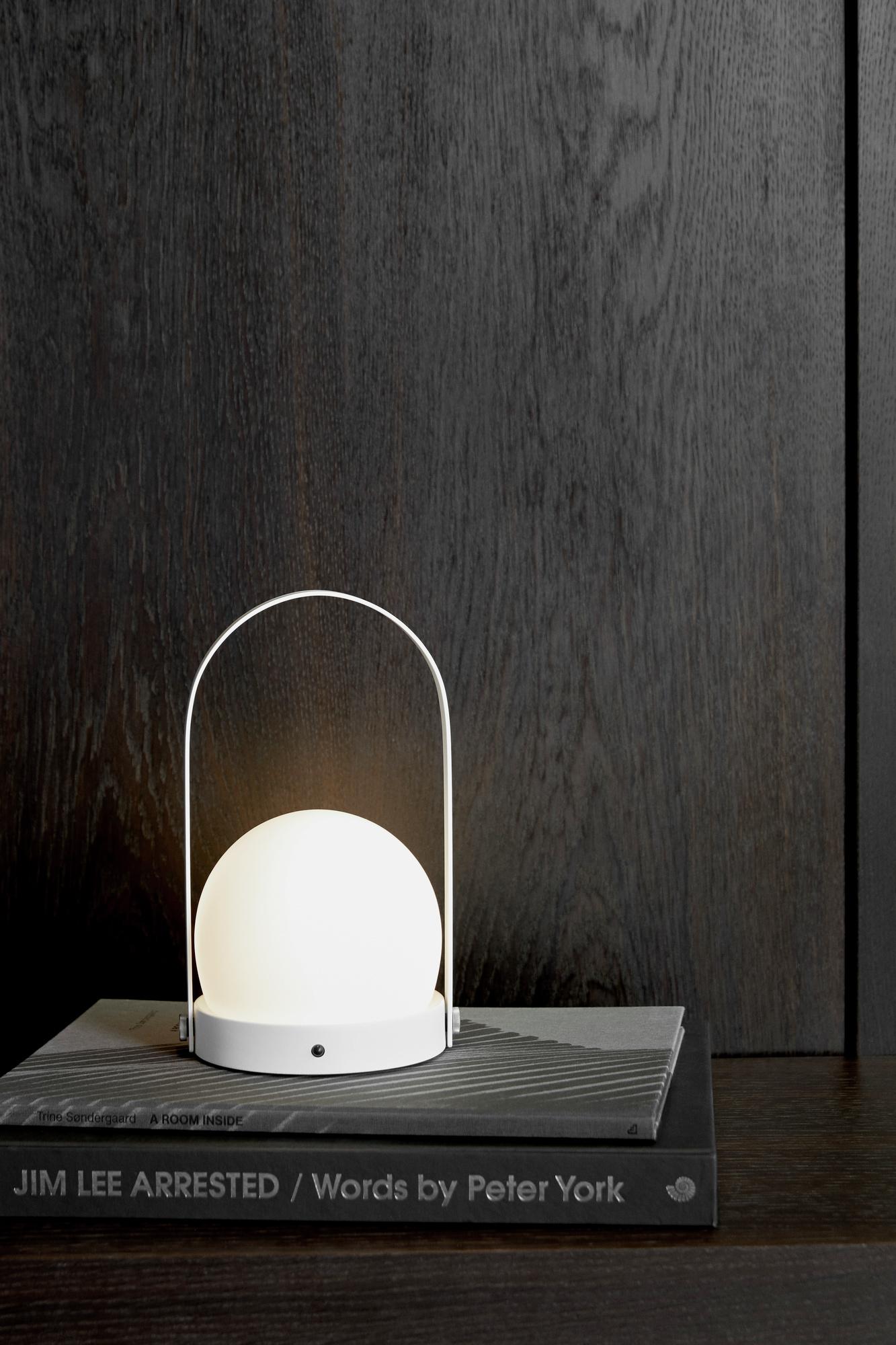 Vi vet! Carrie led lampen fra Menu har vi vist tusen ganger før. Men vi elsker den og har den øverst på ønskelista! Du får den hos våre lokale partnere Berle Møbler & Interiør, Glass Thomsen og Nordisk Rom.