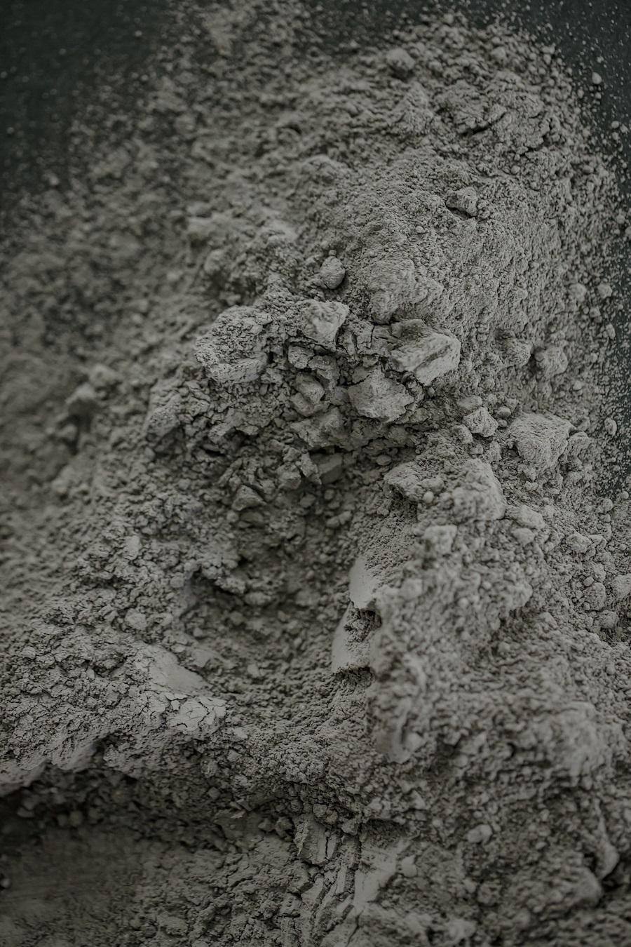 Kalkpulver har sammen med bl a stein, kull og spon vært inspirasjonskilder i utvikling av visuelle linjer for årets messe.