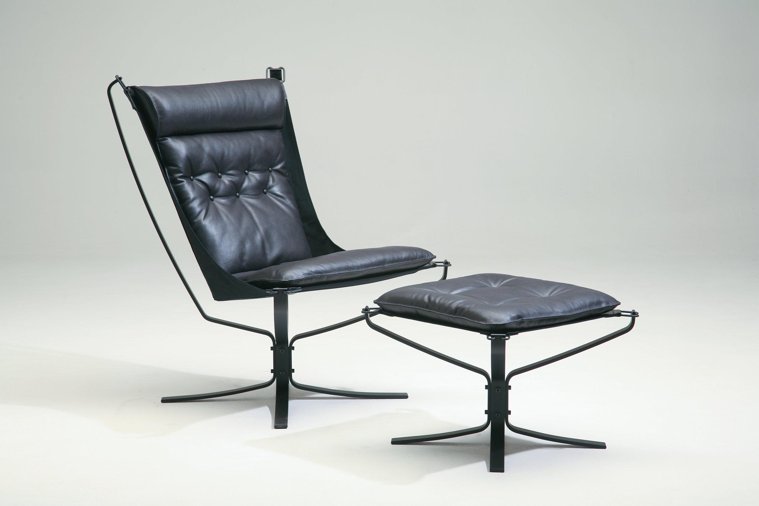 Falcon First - rålekker stol i sort skinn og med høy rygg. Fra Vatne møbler.