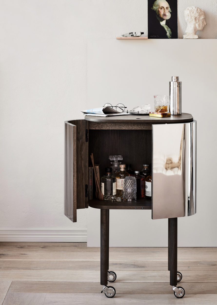Loud Bar cabinet fra Northern. Et lekkert blikkfang i stuen.  Følg oss videre for flere nyheter på designfronten.