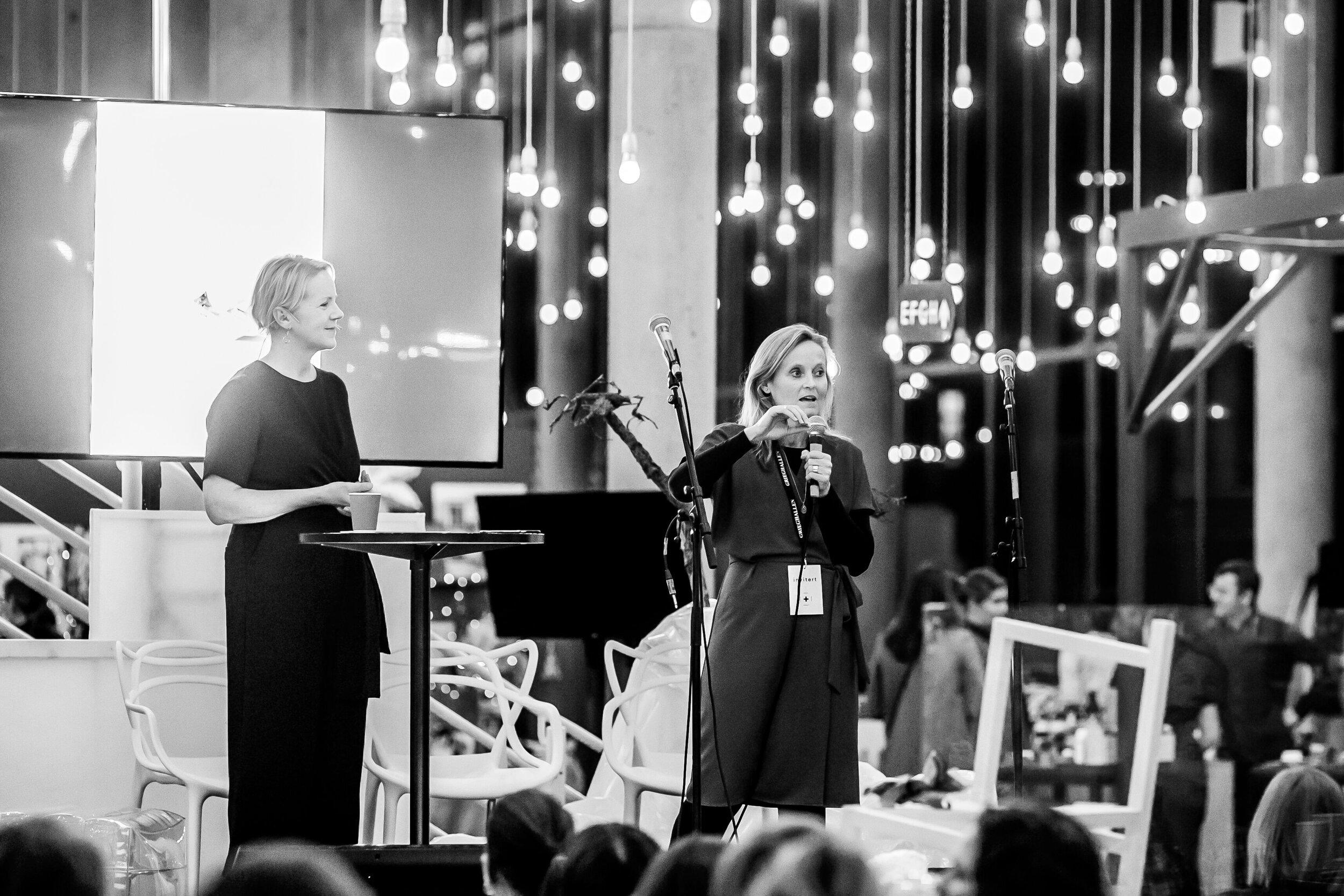 Helle Tjaberg i en av flere samtaler. Her med matredder og daglig leder i Grønne verdier, Mette Nygård Havre.