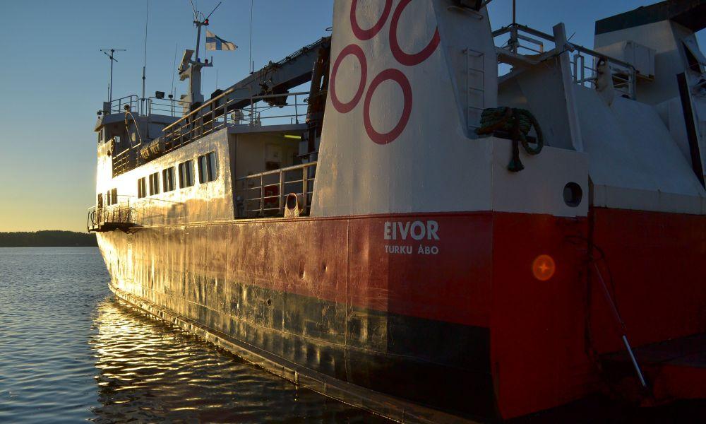 Jurmoon pääsee saariston upean rengastien varrelta ilmaiseksi MS Eivorilla. Laiva lähtee Nauvon Pärnäisistä ja ottaa myös polkupyöriä kyytiin. Aluksen päätepysäki on Utö, mutta matkalla voi hypätä pois neljällä muulla saarella.