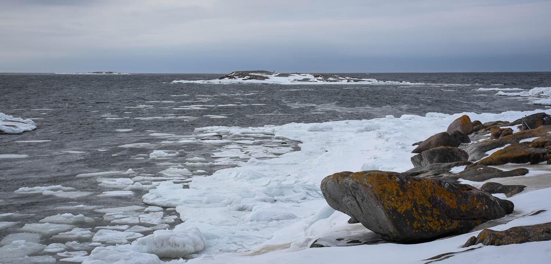 Jäitä ja kiviä Isosaaren rannalla.