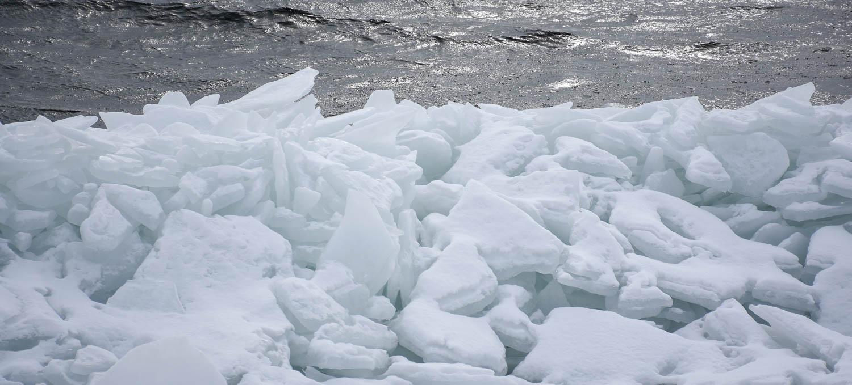 Rannalle kerääntyneitä jäälohkareita.