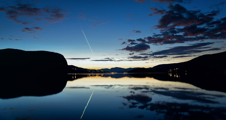 Tulipallo ilmestyi kuvaan Norjan vuonolla auringonlaskun jälkeen.