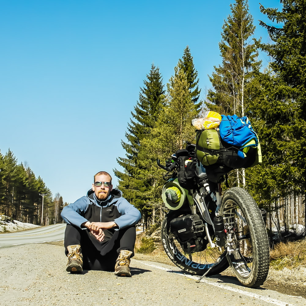 Tero Tikkanen läskipyörän kanssa tien päällä.