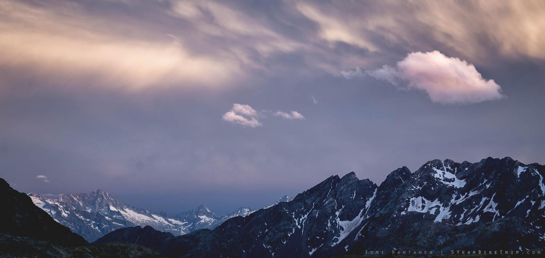 Auringonlasku vuoristossa.