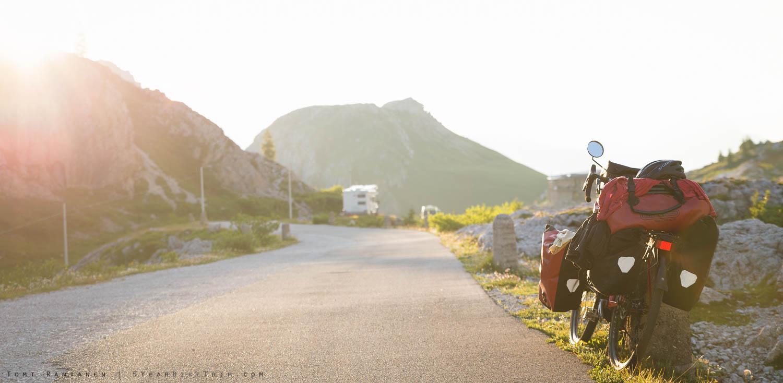 Ilta-aurinko Valparolan huipulla. Telttailu oli kielletty, mutta muitakin leiriytyjiä oli vuorella melkoinen määrä.