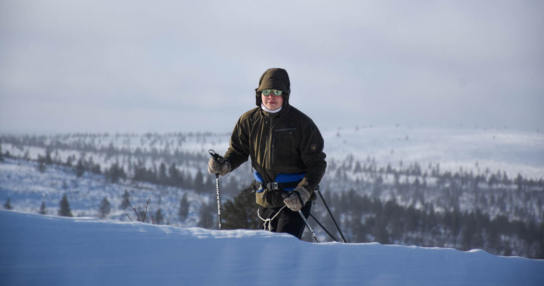 Tyytyväisen oloinen hiihtäjä.