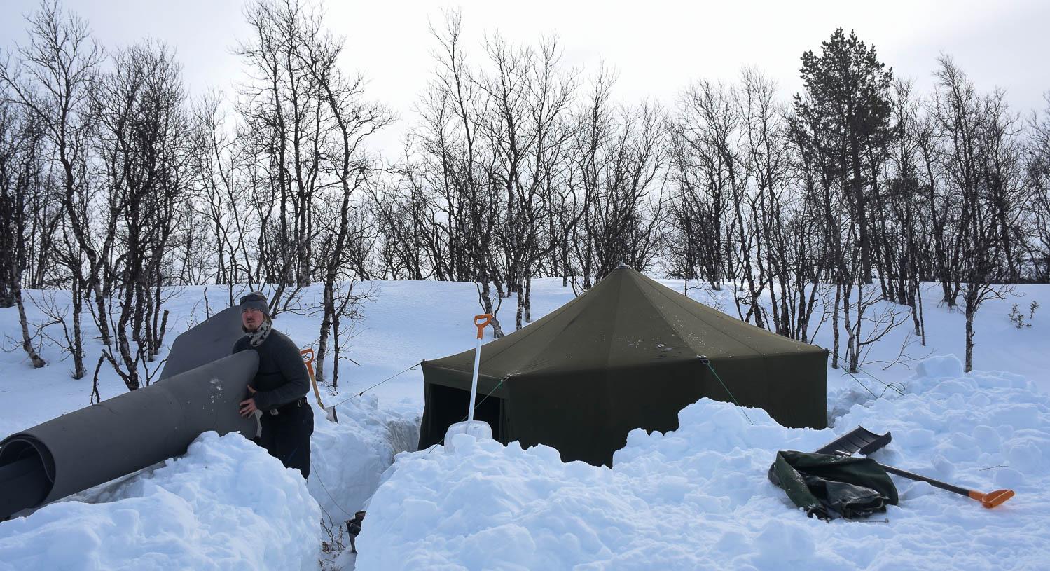 Lumen kaivamisessa menee tovi ennen kuin maata näkyy.