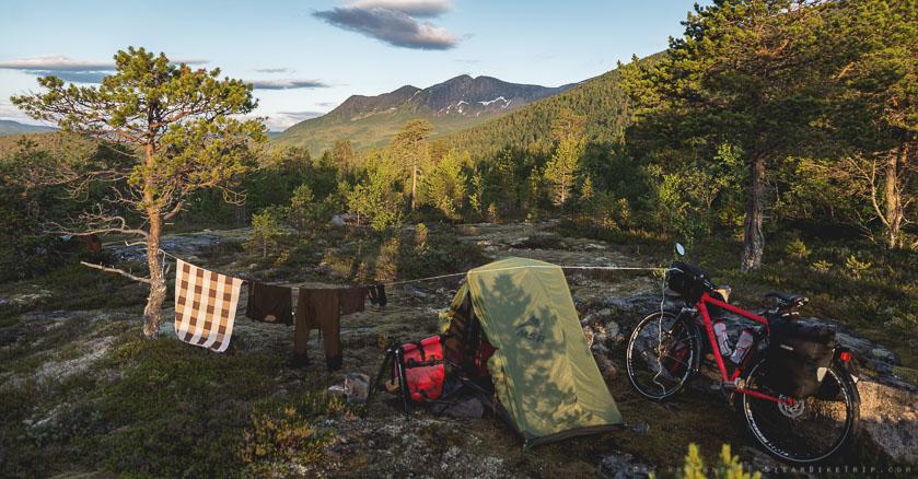 Kaunis mutta kallioinen telttapaikka Norjassa.