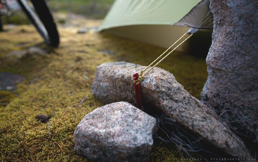 Suora- tai teräväkulmainen kivi toimii painona paremmin kuin pyöreä.