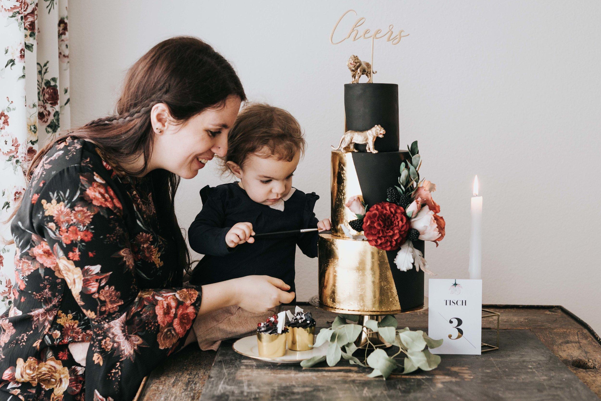 © Photo by Mary Fernandez Photography - Hochzeitstorte schwarz-gold
