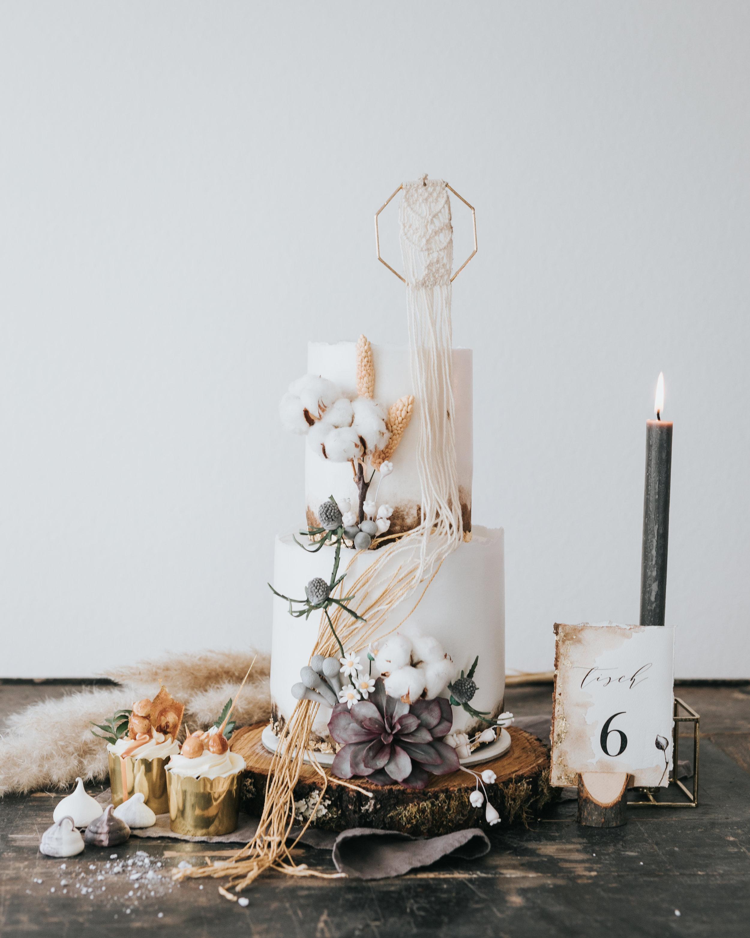 © Photo by Mary Fernandez Photography  - Hochzeitstorte mit Einladungskarten und Deko