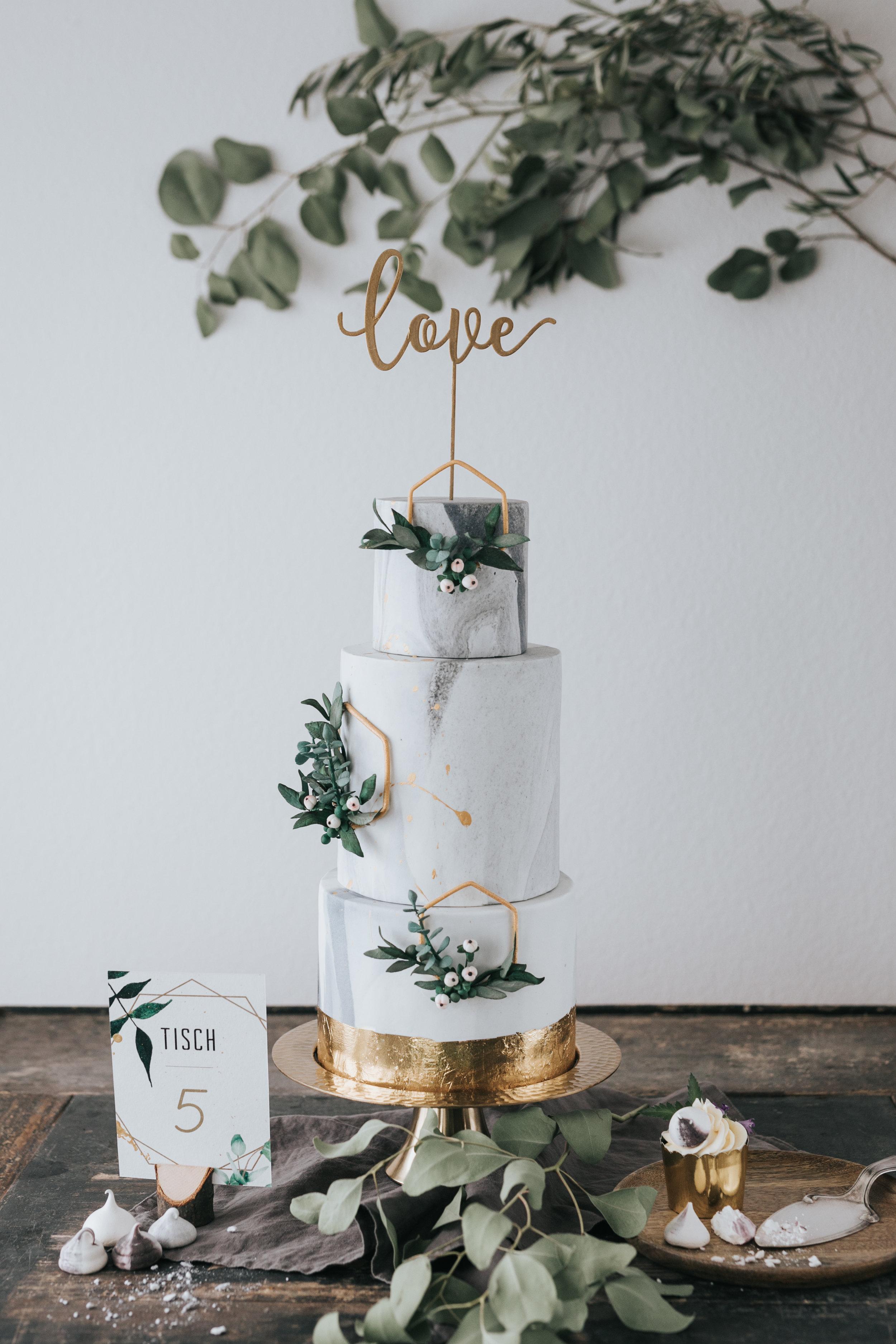 © Photo by Mary Fernandez Photography  - Hochzeitstorte mit Einladungskarte
