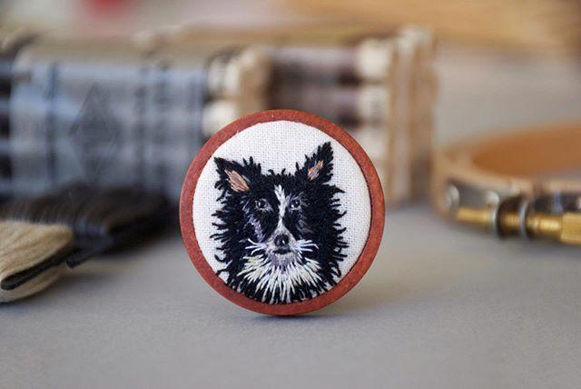 Ozzy bordada en un prendedor para que pueda acompañar a sus amigos durante el viaje 🗺 Ser parte de estas historias, es lo más lindo de mi trabajo. Gracias 🖤 . . . . . . . #elnuevoreino #embroidery #bordado #bordadoamano #bordadoamao #portrait #embroideryportraits #dog #perros #petstagram #fiberart #textil #broderi
