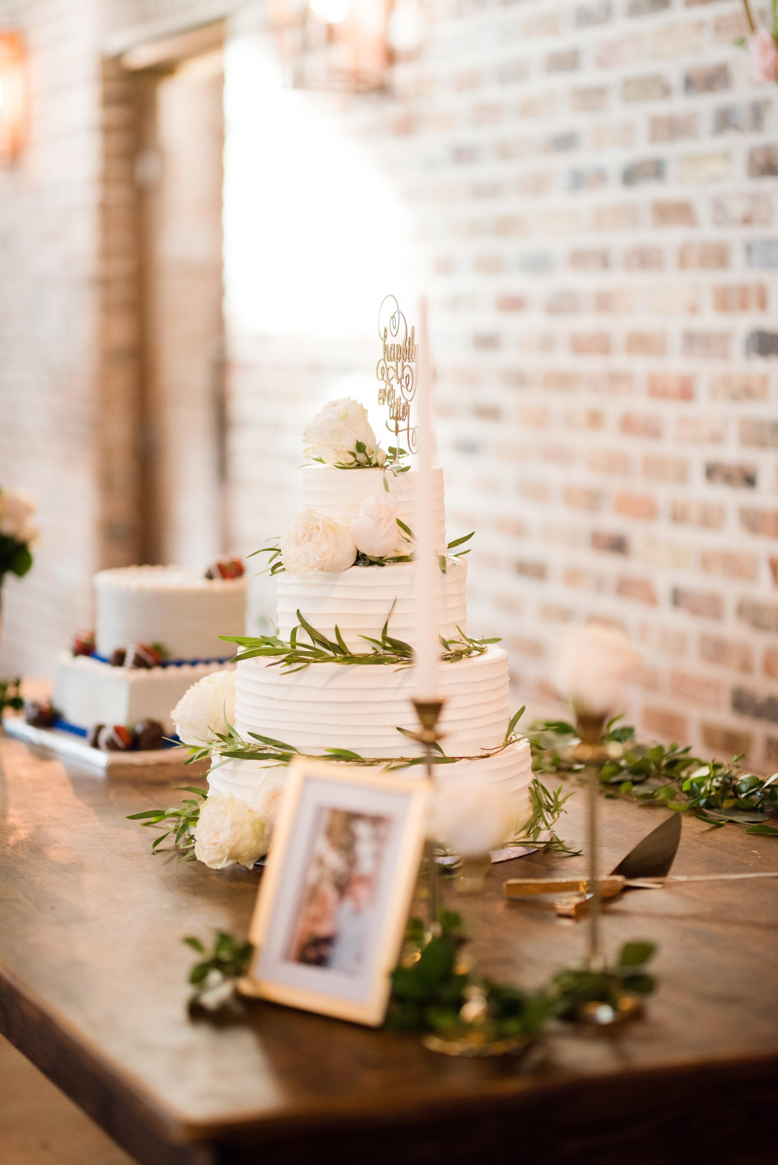 The Barn at Bridlewood wedding in Hattiesburg, Mississippi (MS) in June |  Wedding Cake
