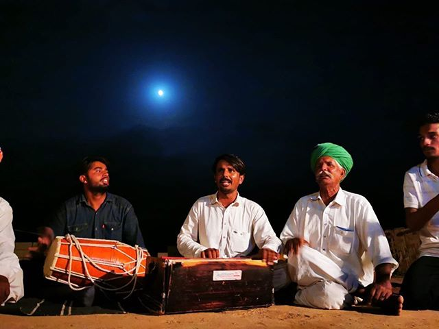 We were welcomed with open hearts at Chanan Khan Manganiyar's home in Kanoi and what awaited us was a night starred with Sindhi Kalams, a spectacular moonrise  and yesteryear stories of the Manganiyars from the region of Jaisalmer.  Photo/Video: @anchitnatha  Field trip team: Anchit Natha, @daminirathore, @ok_shit_it_is, @pradeepsingh_07, @sandeepratnoo07.  #kanoi #Jaisalmer #Manganiyar #fieldtrip #jaipur #folkmusic #kamaicha #surmandal #dholak #vocals #recital #oralhistory #supportlocalmusic #rrapmusicmuseum #rraphub #rrap #pinkcity #music #musicoftheday #musicofrajasthan #rajasthanfolk #folk #rajasthanmusic #worldmusic #jaipurvirasatfoundation #rrapmusicmuseum #musiculture #musicvideo #indianmusicians #folkartist