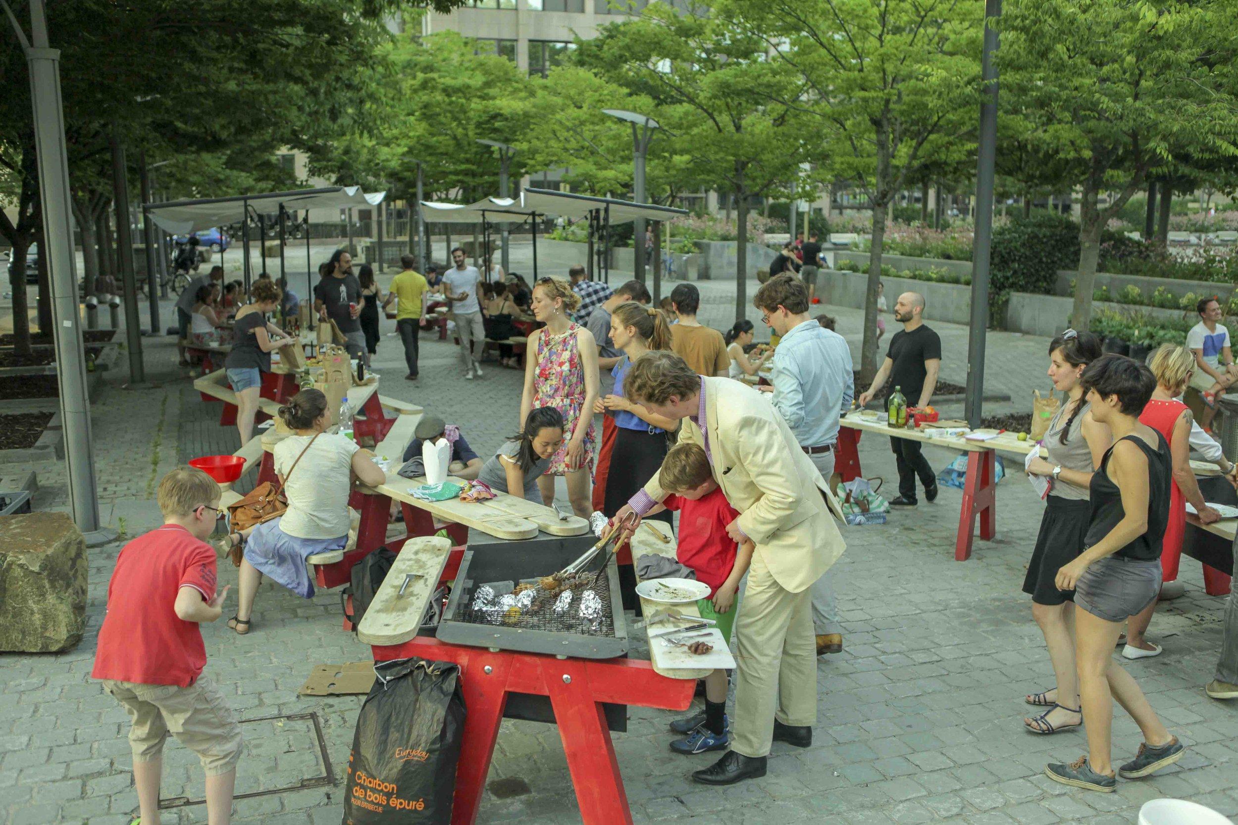 Pour créer de la convivialité - Canteen est un mobilier urbain conçu pour réinventer le partage de l'espace public de façon souple. En créant de la proximité physique entre les usagers, Canteen invite à rencontrer son voisin, à échanger, à partager.
