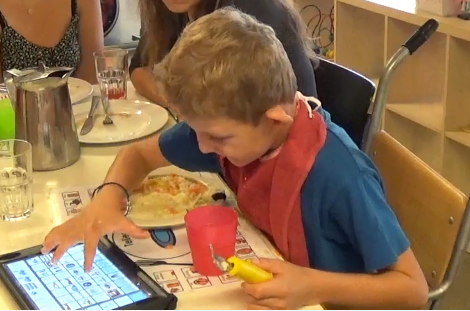 Gian-am-iPad,-Mittagessen_neu.jpg