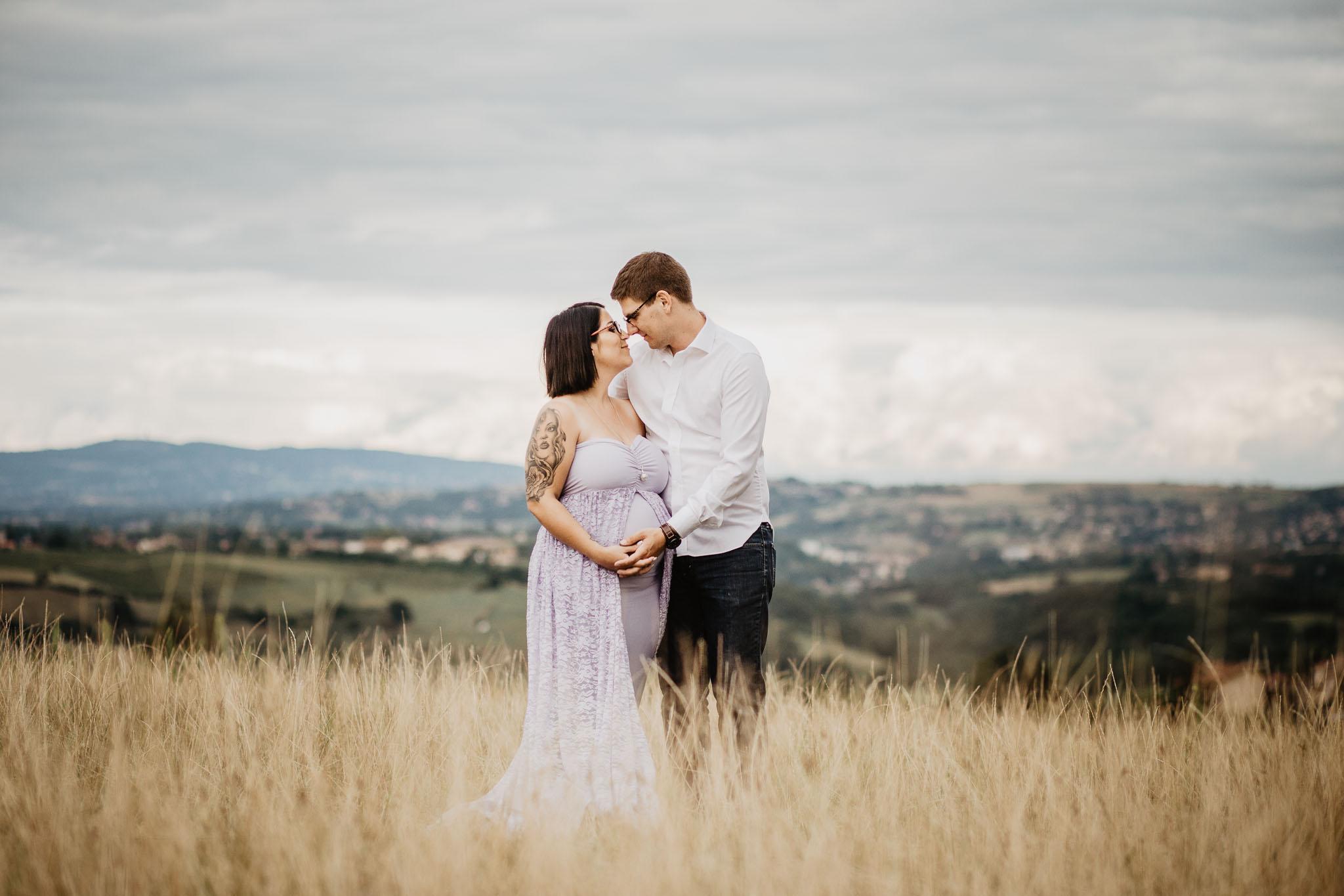 grossesse-enceinte-maternite-couple-exterieur-lumiere-naturelle-ingold-photographe-rhone-alpes-ain-isere-loire-62.jpg
