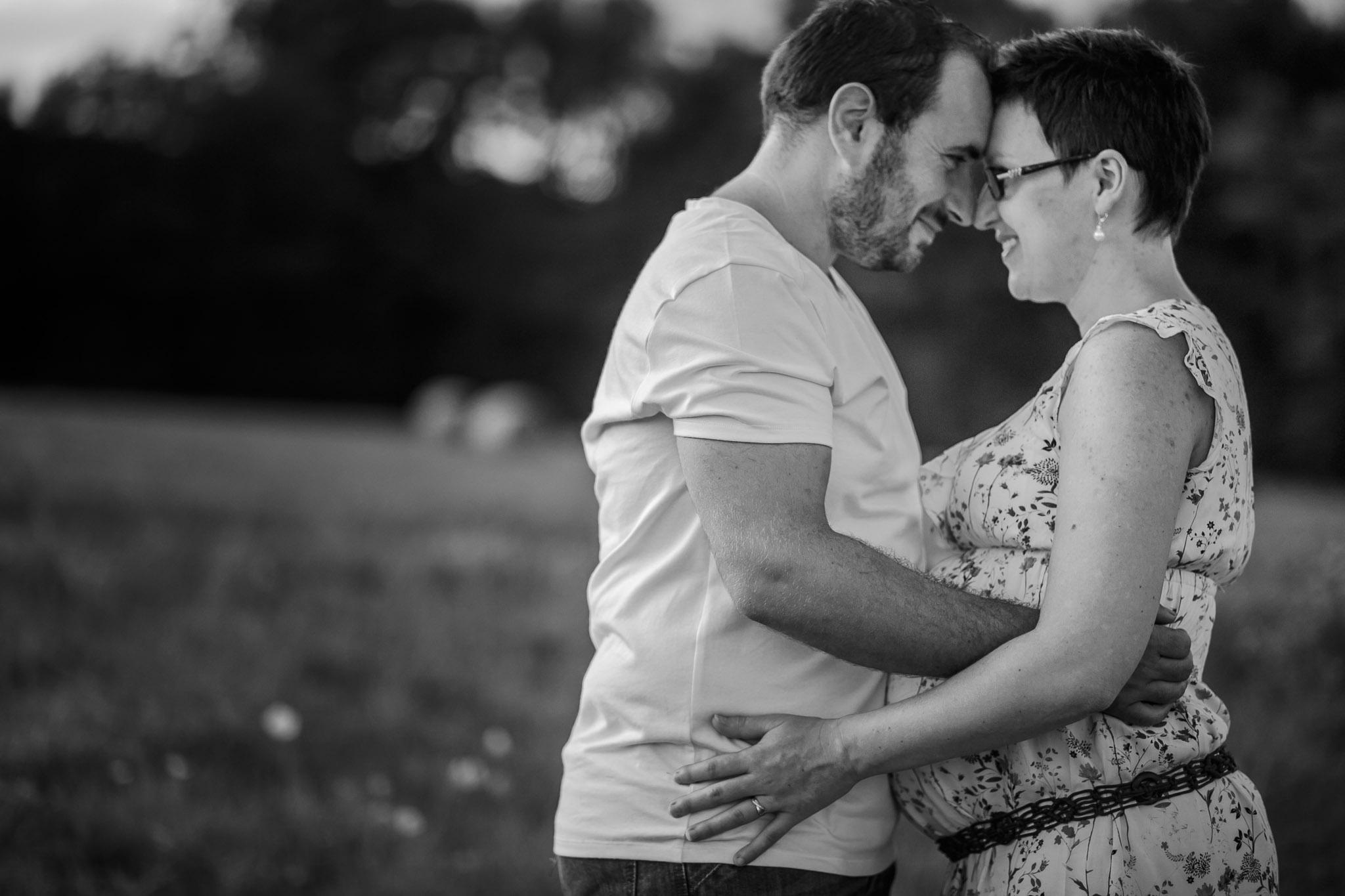 grossesse-femme-enceinte-couple-nature-campagne-ingold-photographe-52.jpg