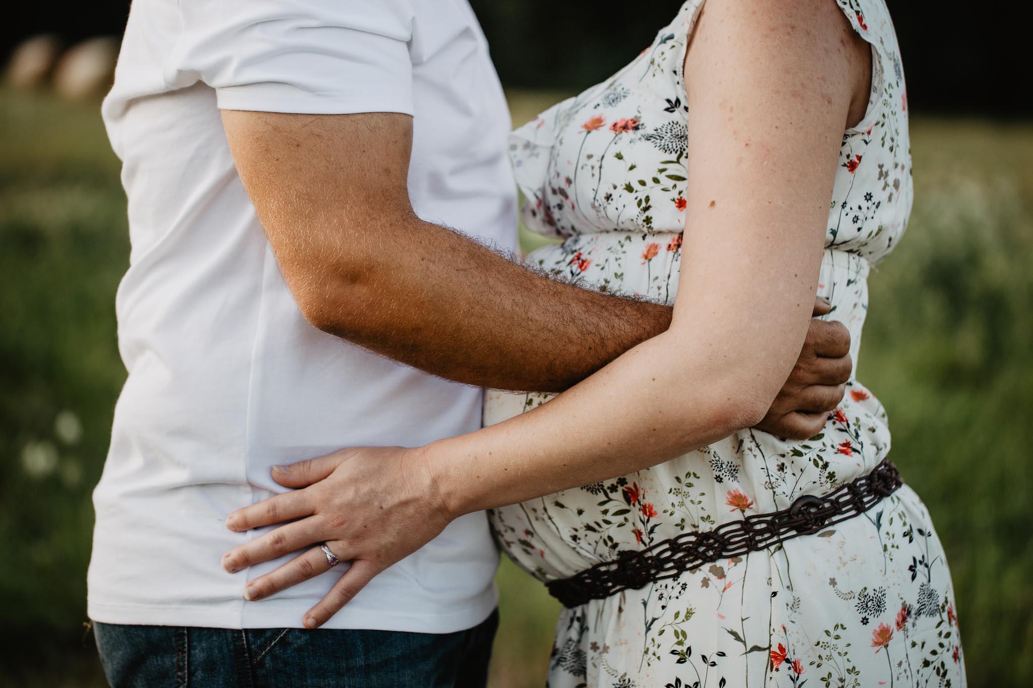 grossesse-femme-enceinte-couple-nature-campagne-ingold-photographe-53.jpg
