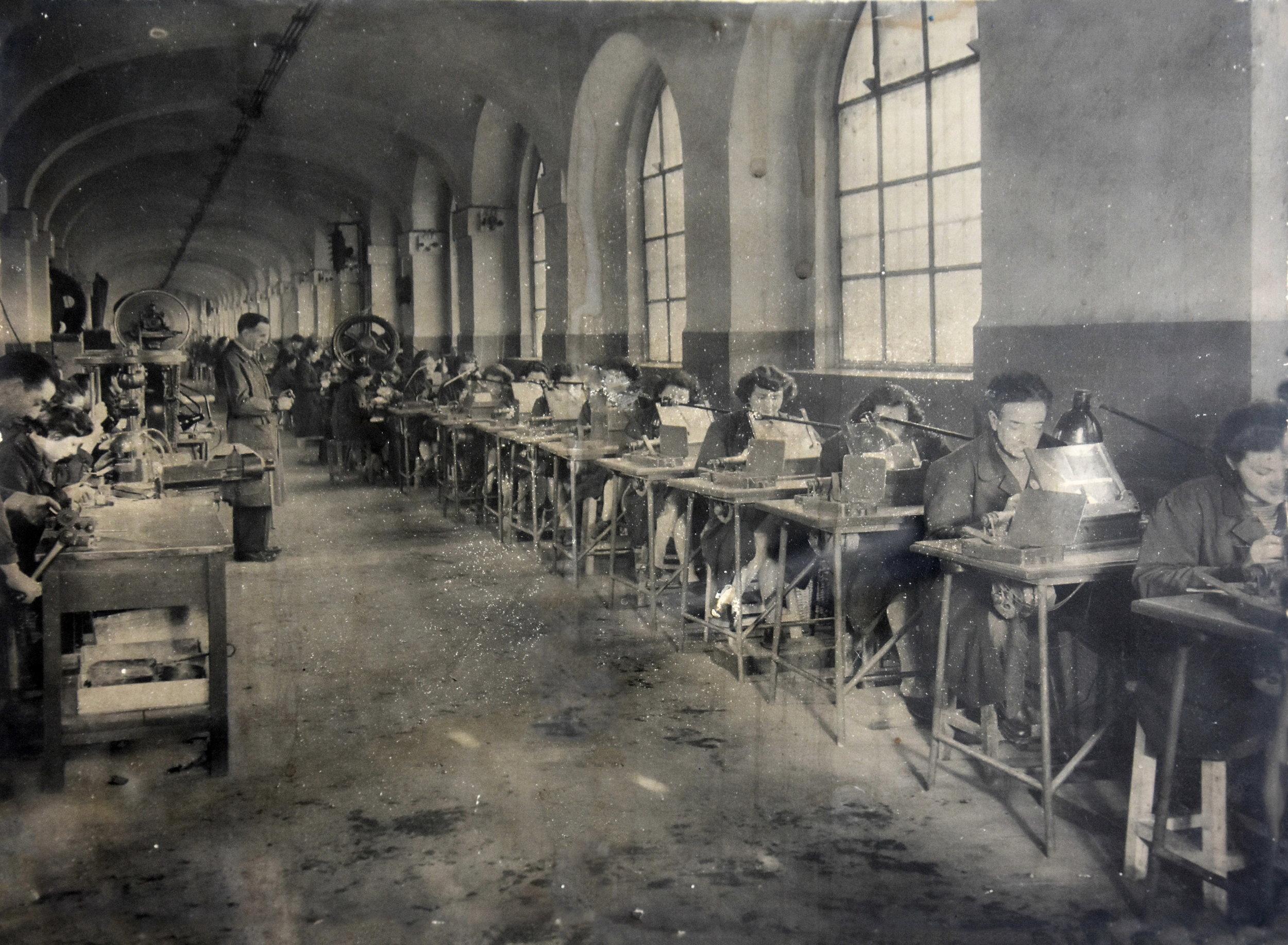 Autore anonimo,  Fabbrica Aurora, artigiani all'opera , secondo dopoguerra, fotografia, 30 x 24 cm