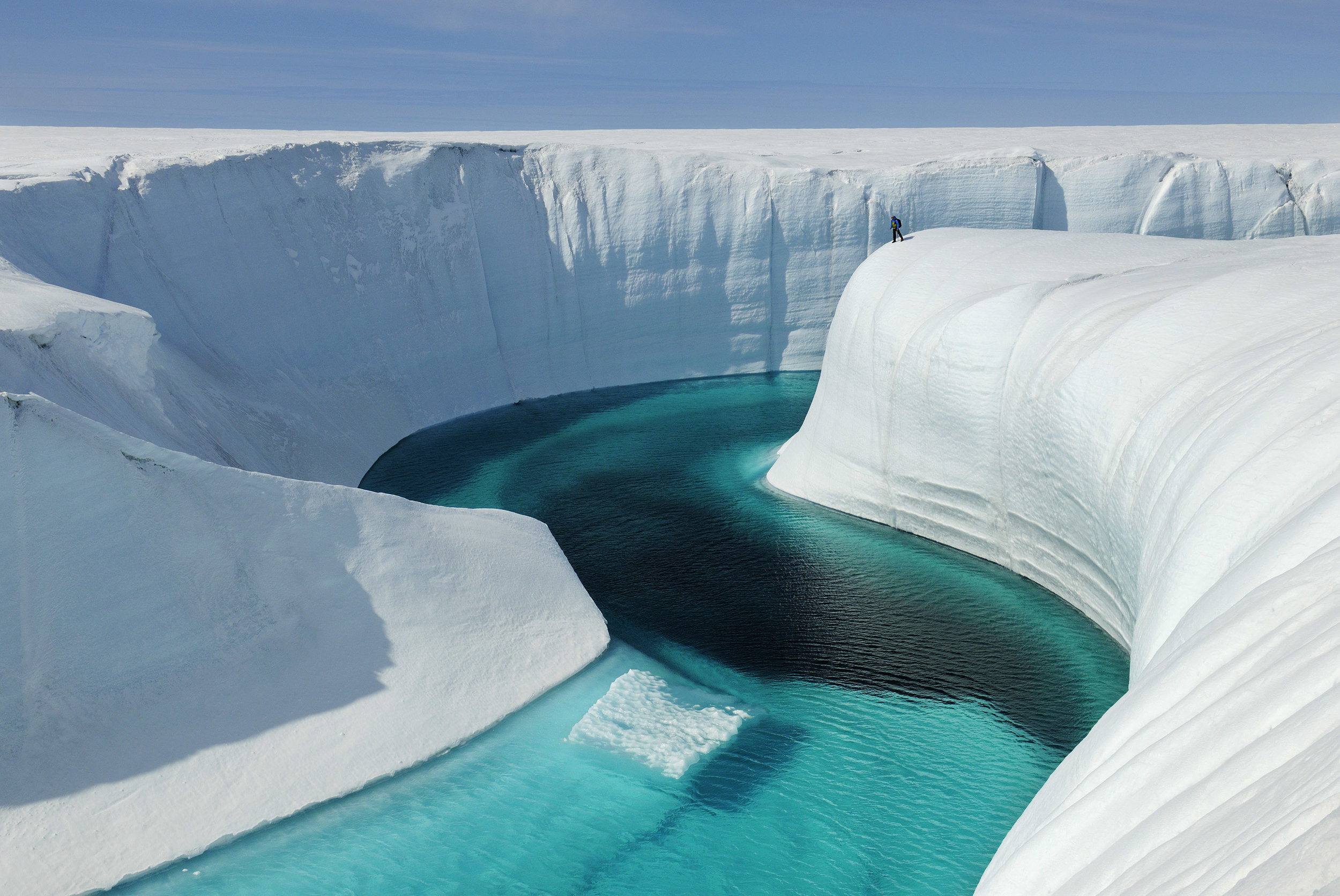 James Balog,  Greenland Ice Sheet, 28 June 2009, Adam LeWinter surveys Birthday Canyon,  2009, fotografia, 100 x 140 cm, courtesy James Balog, Earth Vision Institute