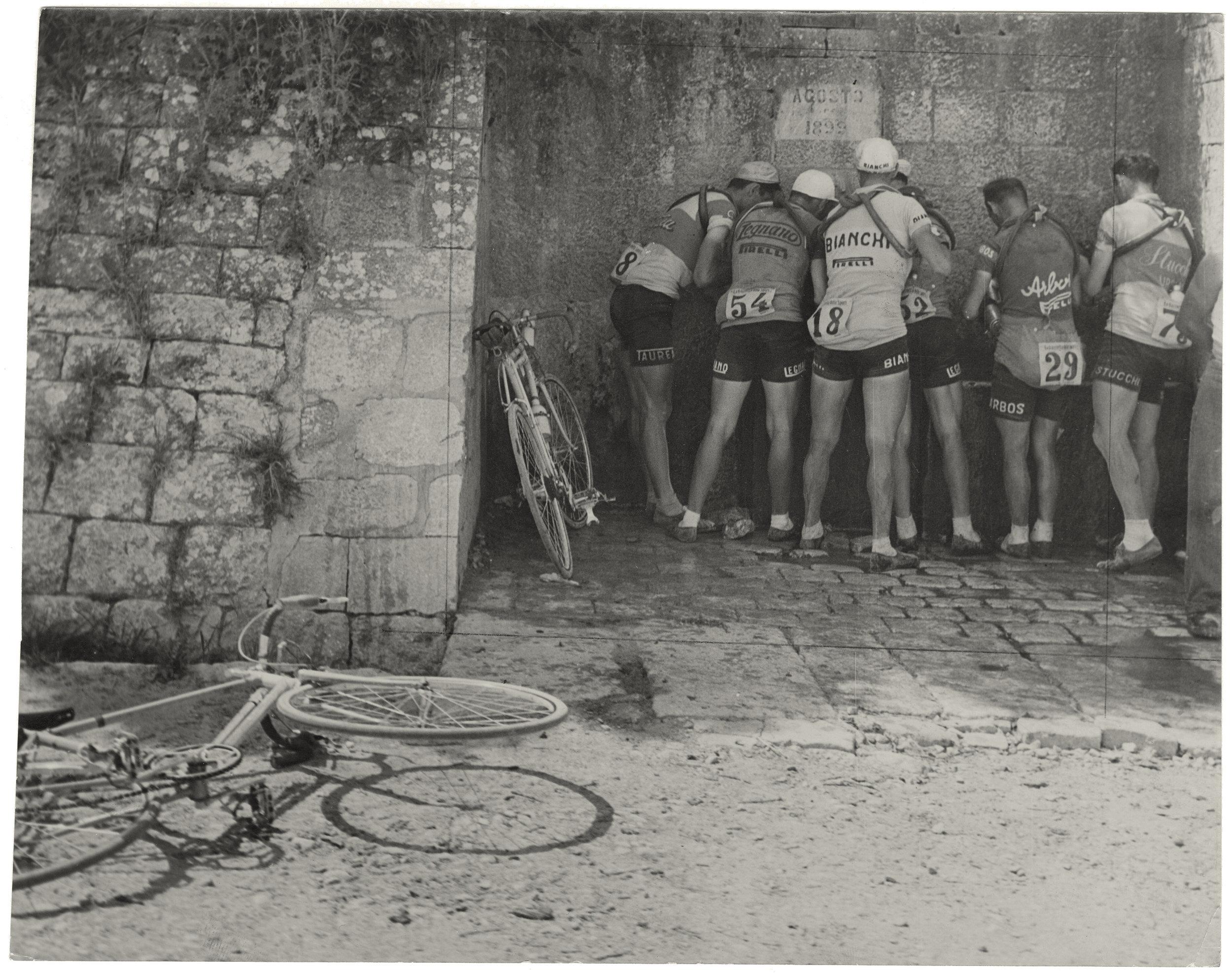 Giro d'Italia 1951. Decima tappa Foggia-Pescara , 1951, fotografia, 23 x 18 cm, courtesy (Archivio Storico della Città di Torino, Fondo «Gazzetta del Popolo»)