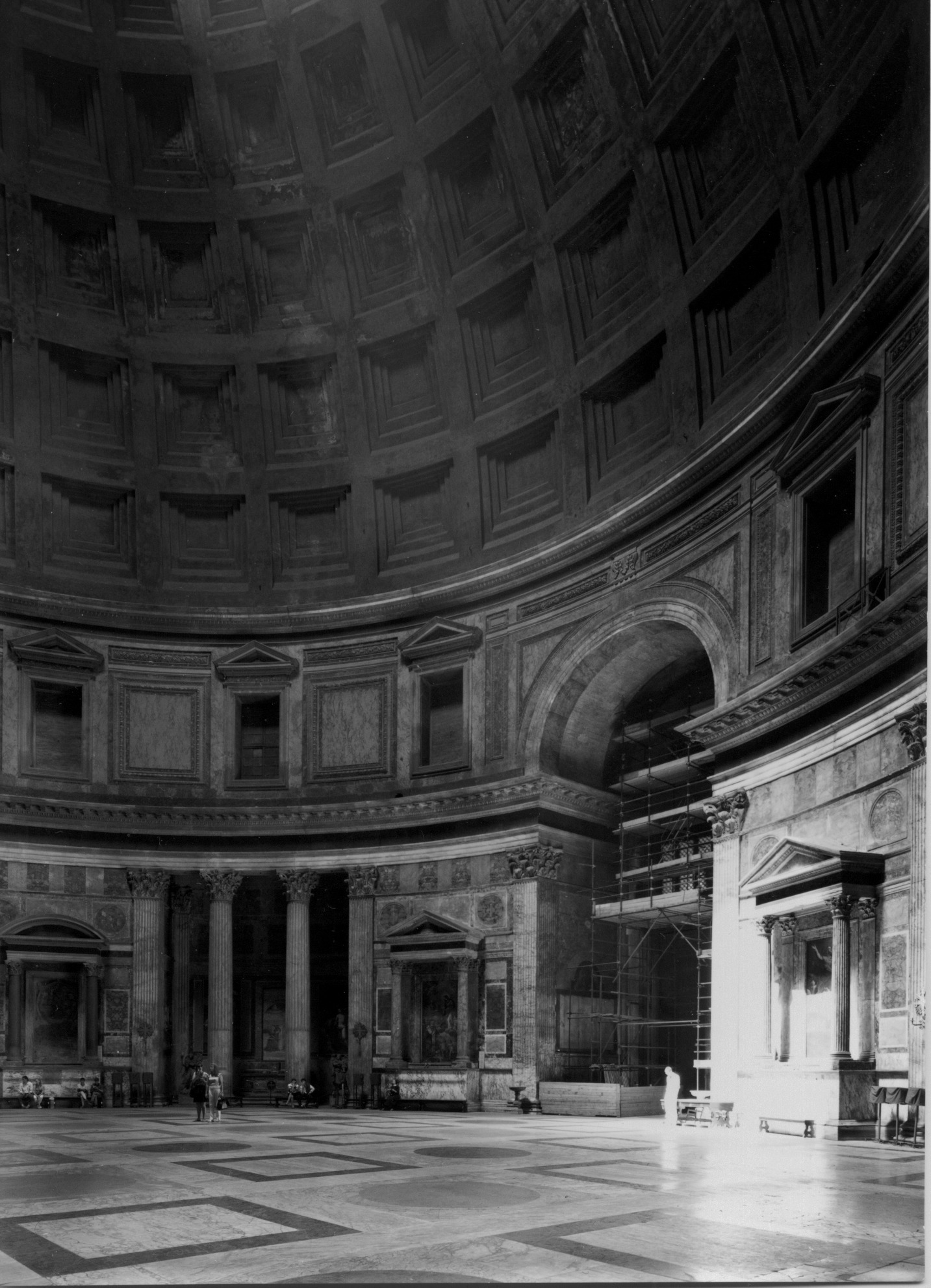 Thomas Struth,  Pantheon, Roma , 1988, stampa fotografica bianco nero, 12 x 17 cm, courtesy Gagliardi Collection