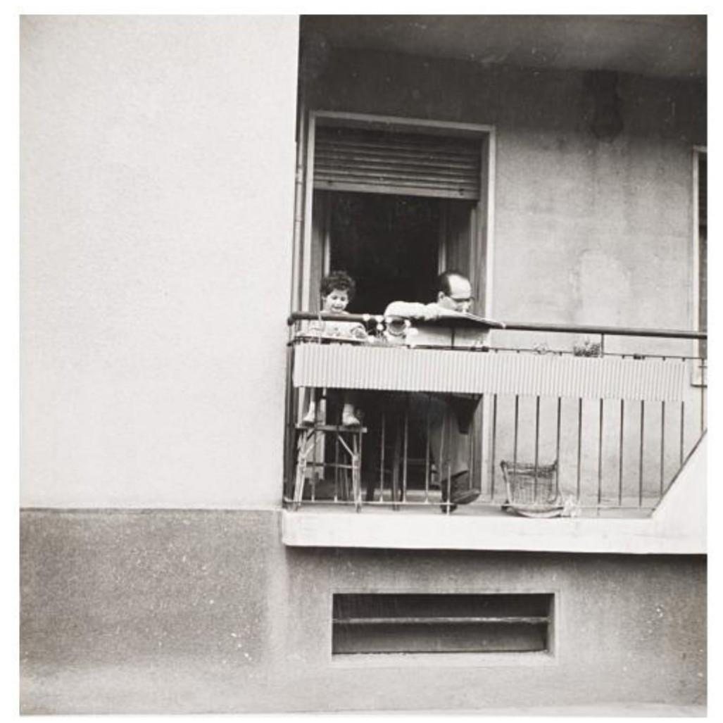 Mario De Biasi,  Città di Milano , 1956, stampa vintage ai sali d'argento, 18 x 18 cm, proprietà Paola Meliga Art Gallery