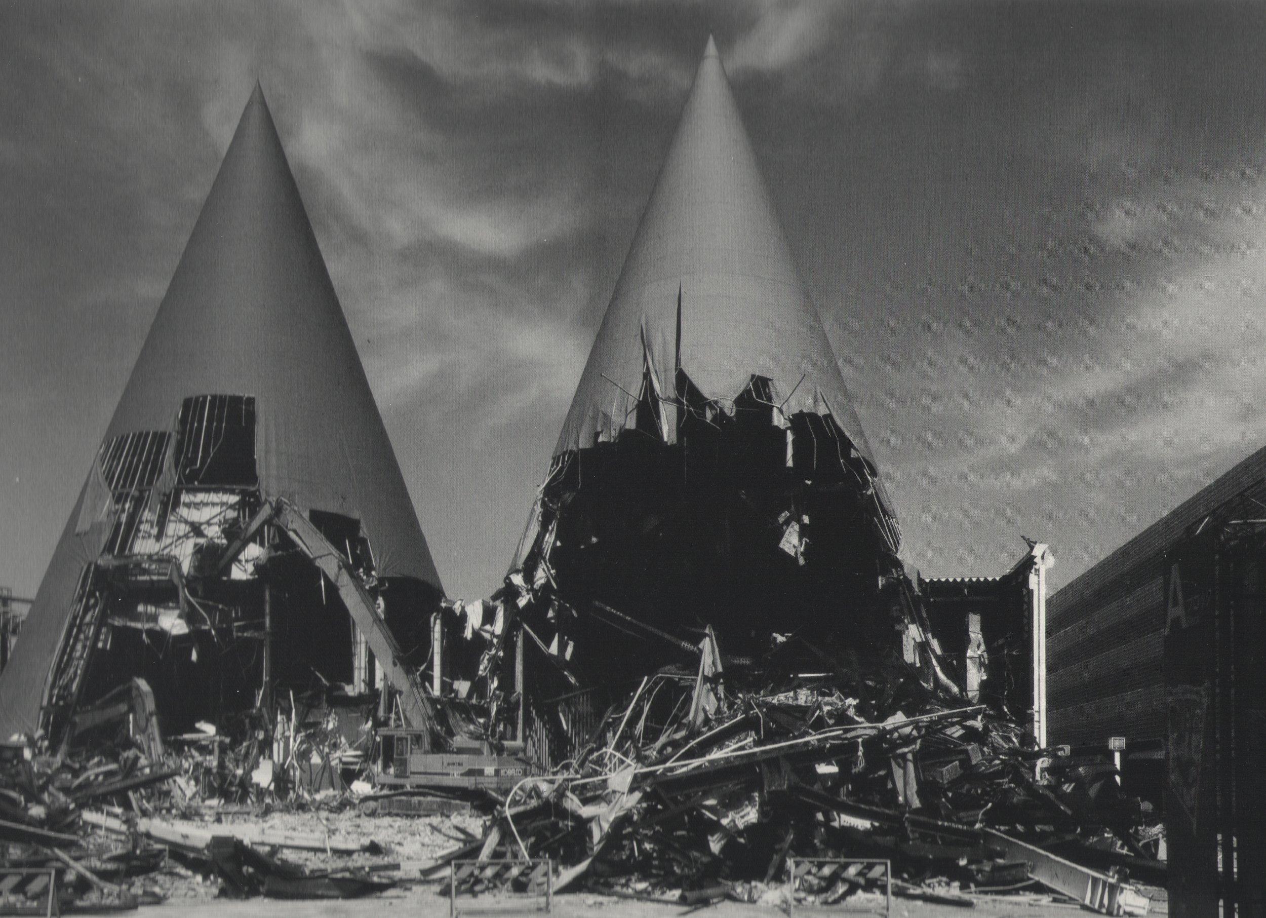 Ryuji Miyamoto,  Pavillions of Tsukuba Expo '85 , 1985, stampa ai sali d'argento, 50 x 70 cm