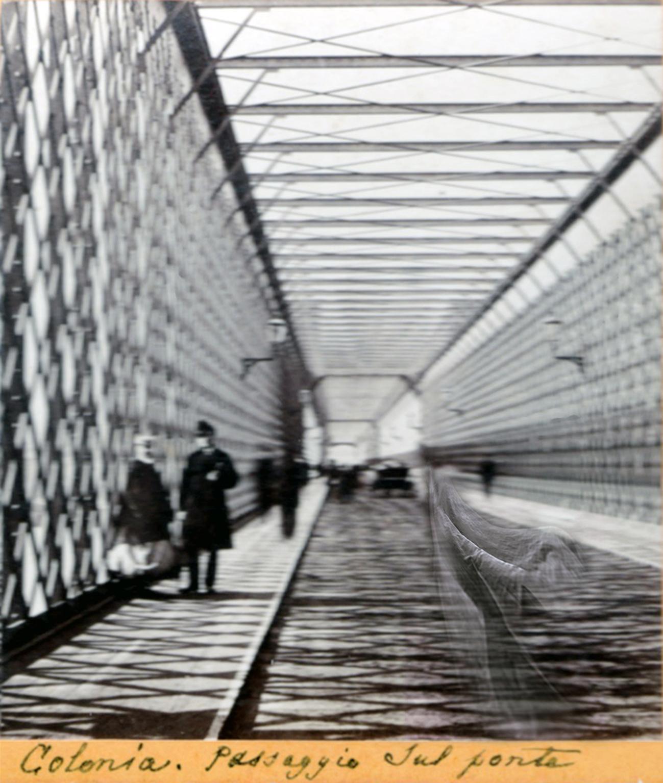 Costarocosa,  Colonia. Passaggio sul ponte , 2019, rielaborazione digitale di foto stereoscopica, 12 x 13 cm, courtesy Collezione Lanfranco Carron Ceva