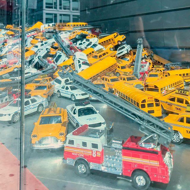 Negozio di giocattoli per futuri messaggeri dell'Apocalisse. . #windowdesign #density #apocalipse #urbanstuff #yellow #whatisit #toystore