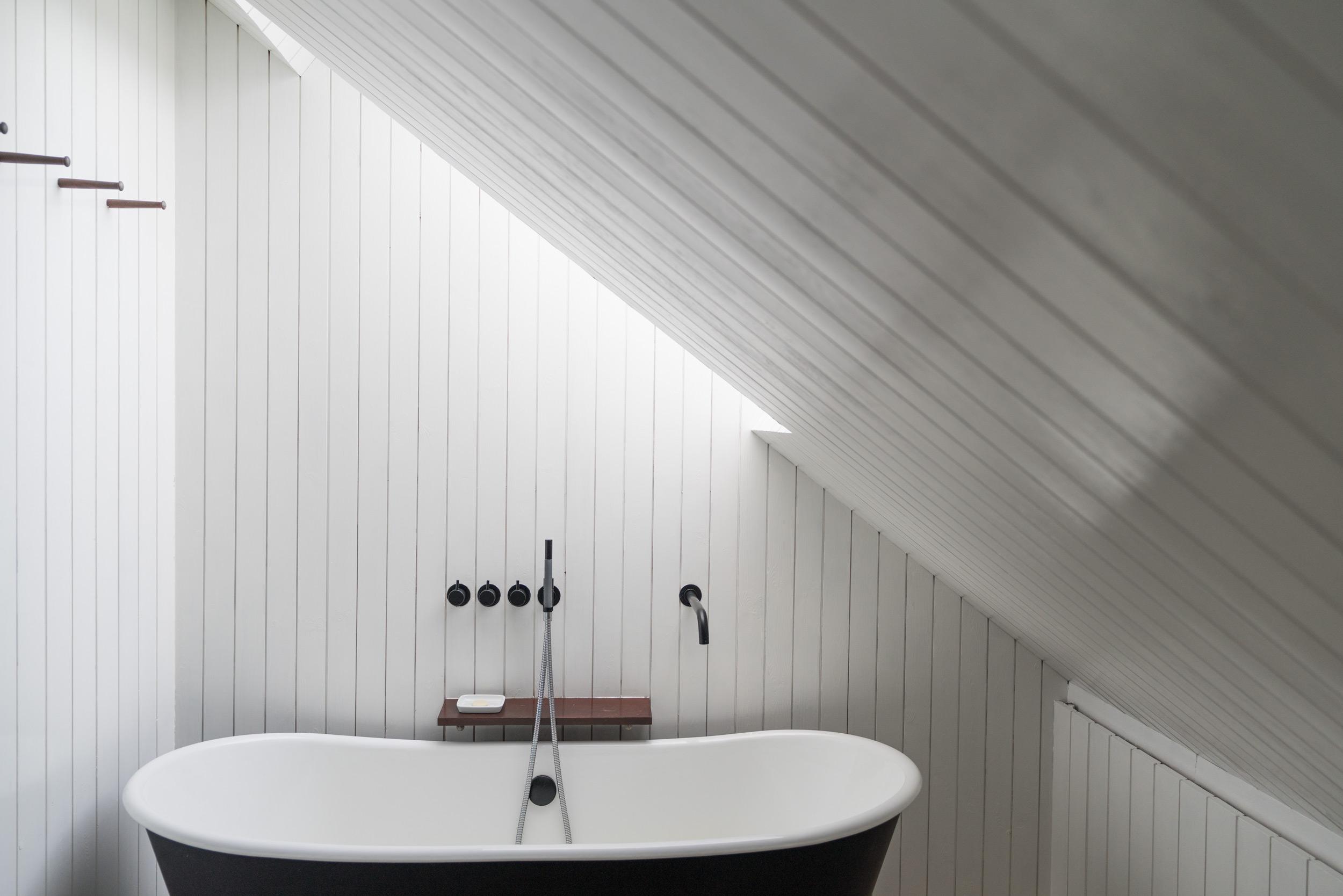 Shingle-House-Bathroom-Fiona-Burrage-Photographer.jpg