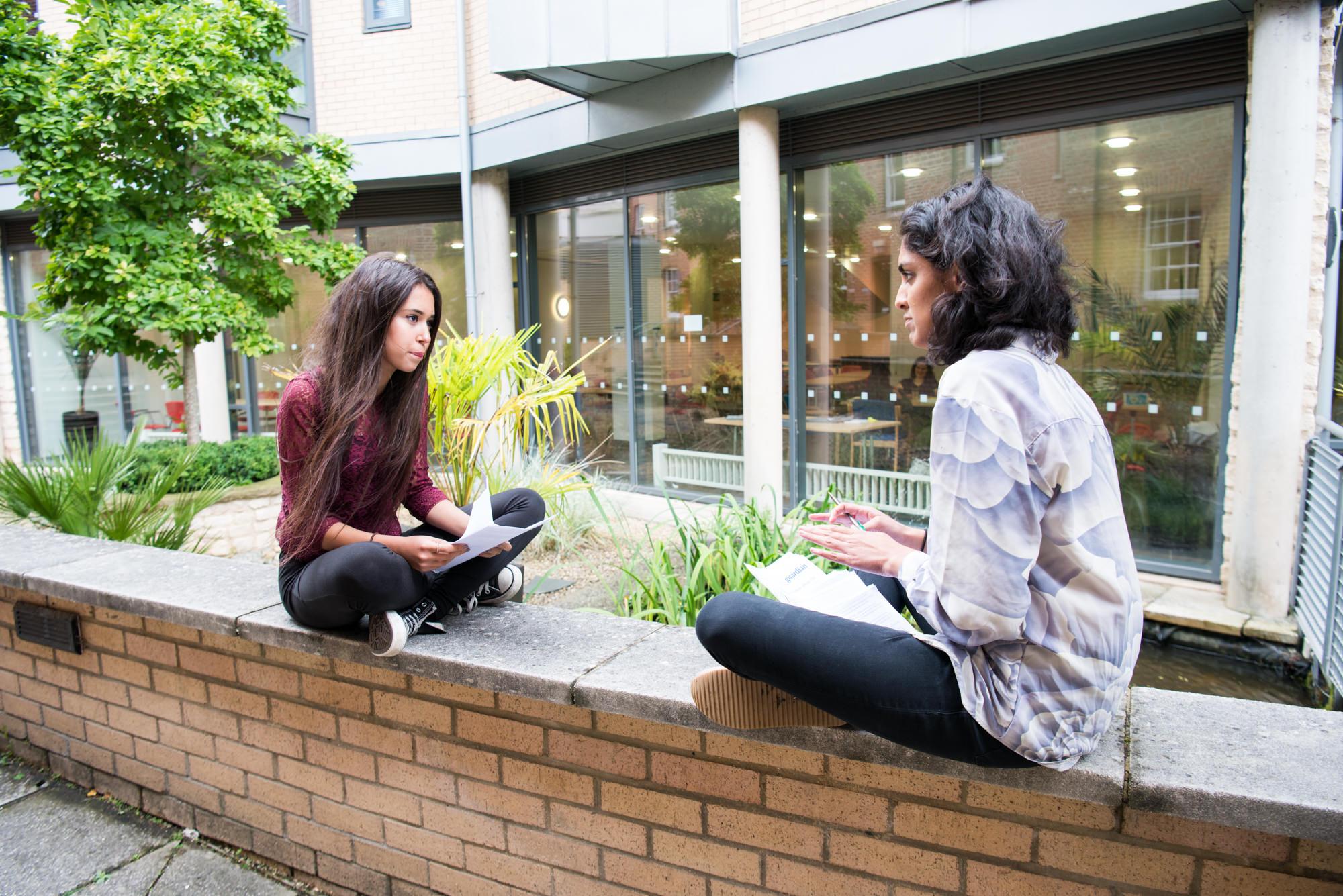 oxford_summer_school_student_talking_with_tutor.jpg