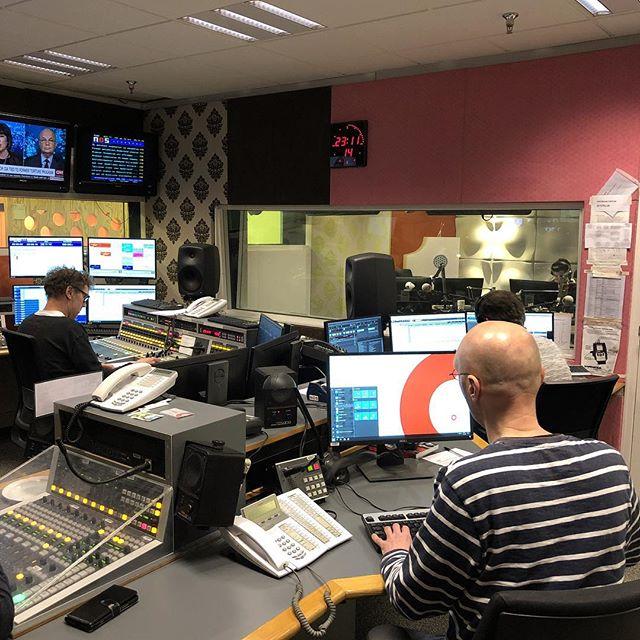 Rond kwart voor twaalf mogen Bo en ik aanschuiven bij Het Oog op Morgen om over De Roze Dolk te praten. Best laat man. #radio1 #nos #derozedolk #methetoogopmorgen
