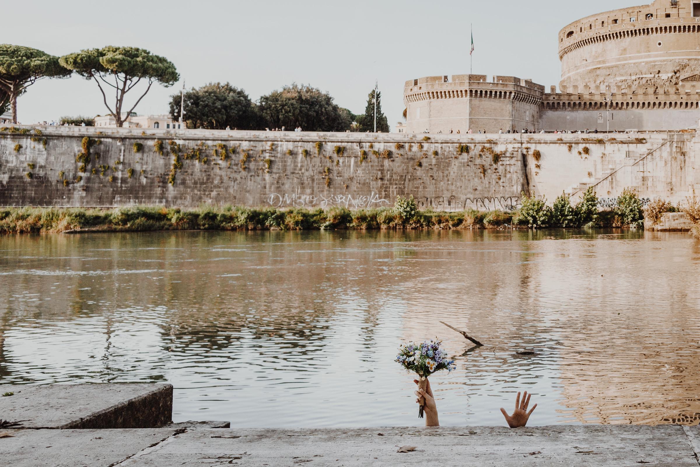 wedding portrait bride fun tiber river rome italy.jpg