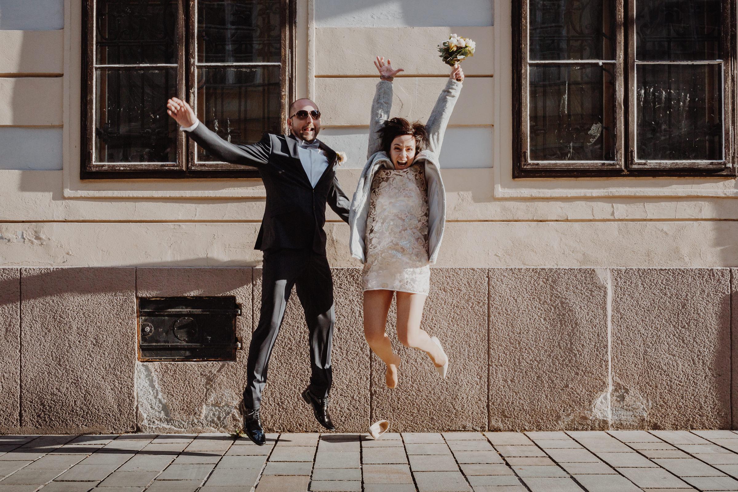 bride groom funny jump.jpg