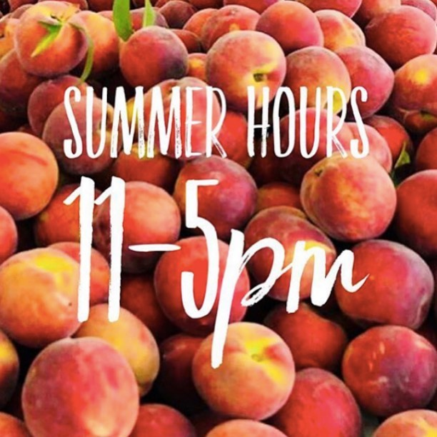 Sweet peaches it's SUMMER HOURS, 11 to 5pm starting next week!  One extra hour of farmers' market sweetness through Labor Day weekend.  Have great rest of your week y'all and we'll catch you Tuesday, 11-5pm ☀️ #manhatttanbeach #farmersmarket #mbfm #tuesdays #summerhours #11to5pm