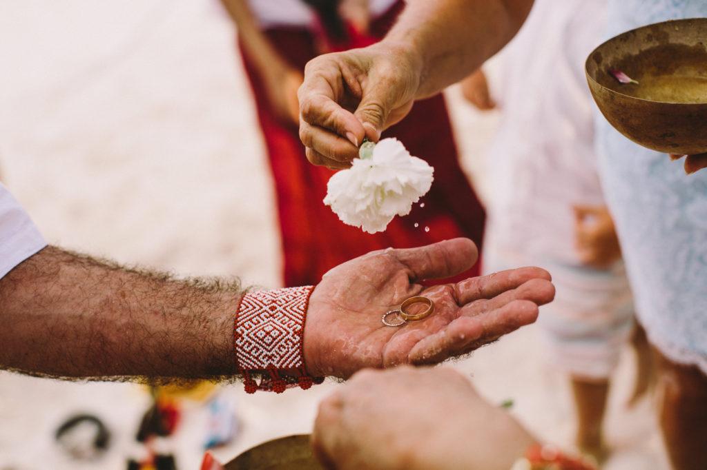 Elopement en Tulum - Los enamorados en la playa, con la última luz del día, su amor, el cielo y el Xamán que los llenará de buena energía y bendiciones para la vida que comienzan juntos.Todo en la ceremonia está incluido, flores, arreglo, fotógrafo y Xamán.