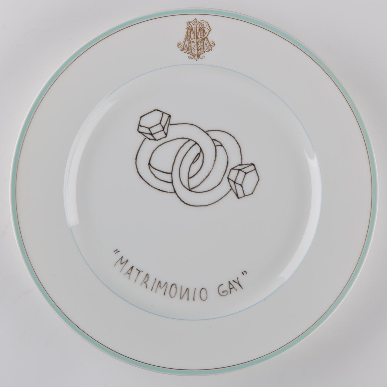 """""""Matrimonio gay""""   Esmalte sobre plato antiguo 25 cm diámetro. 2012"""