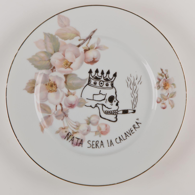 """""""Ñata será la calavera""""   Esmalte sobre plato antiguo 25 cm diámetro. 2012"""