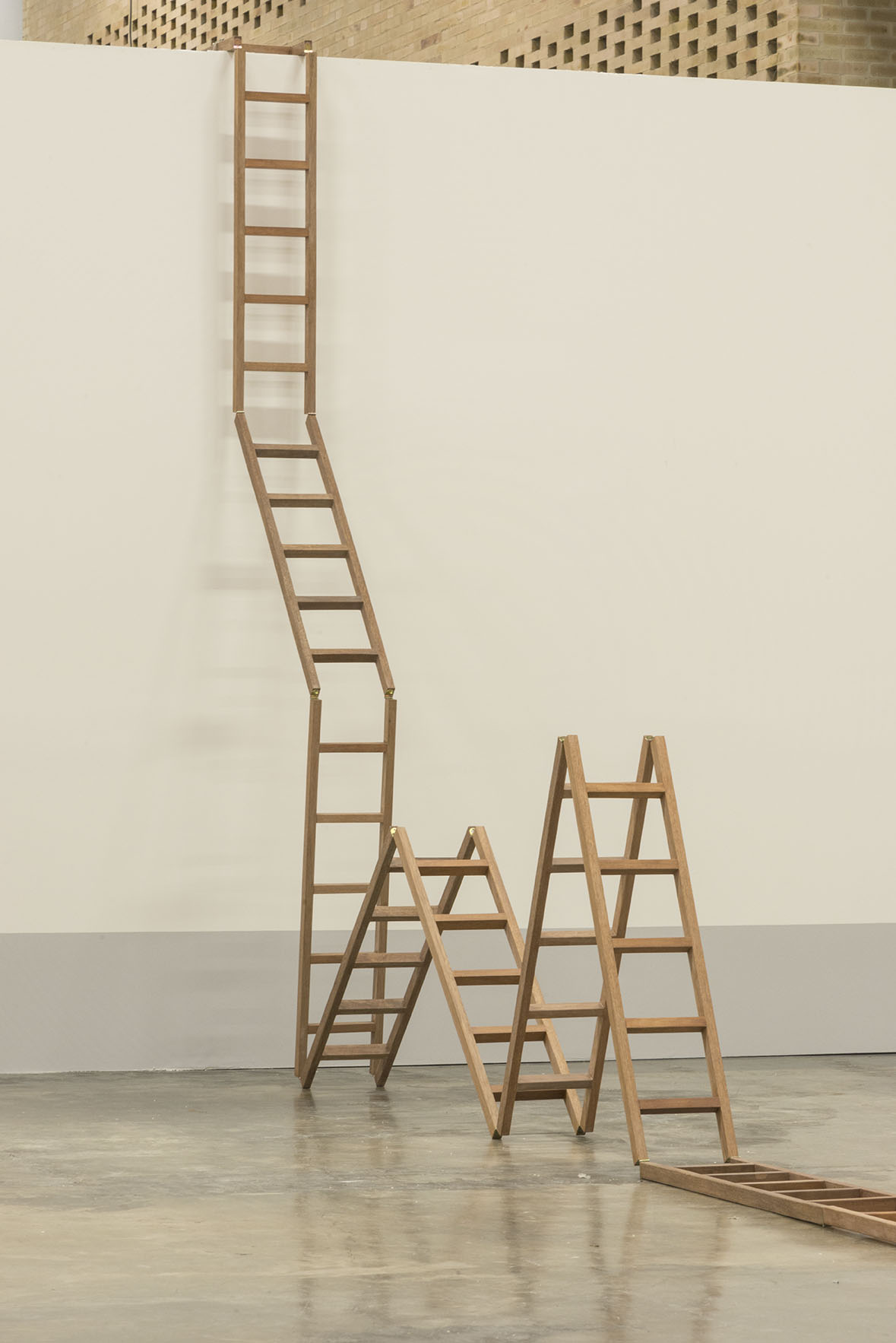 Escalera   Madera y bisagras metálicas,113 x 130 x 30 cm. 2016