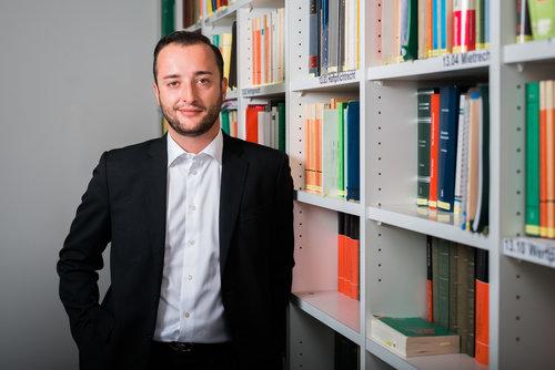 MLaw Lukas Vidoni - Lukas Vidoni arbeitet seit 2017 als Anwalt bei RHS&P und bereitet sich aktuell auf den Erwerb des Notariatspatents vor. Als passionierter Jäger gehört er zu den wenigen Anwälten, die sich im Jagdrecht sehr gut auskennen. Lukas Vidoni verfügt zudem über Erfahrung im Recht der eingetragenen Partnerschaft sowie im Datenschutzrecht und Prozessrecht.vidoni@rhslawyers.ch