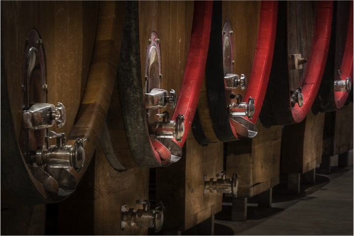 THE RIGOROUSLY LARGE BARRELS PAMPER THE VINTAGES THAT WILL BE IN PRODUCTION AND ARE A FIXED POINT OF THE RIZZI WINERY. -