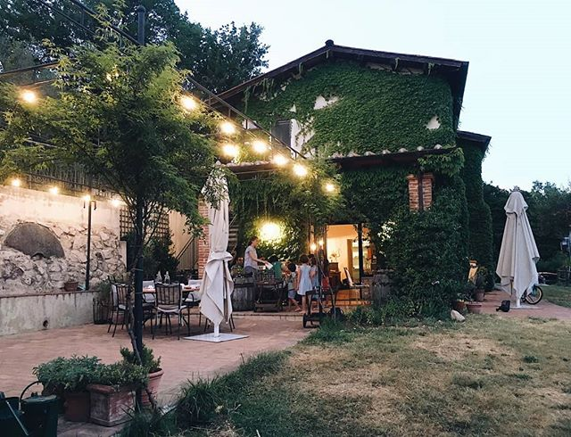 Long evenings outside, when there is a soft breeze and good food on the table. . . 📷 @atelierauthentic . . #agriturismo #lemolesulfarfa #homemade #summerevenings #summertime #slowdown #slowsummer #slowsummer #treasurethistime #embracingtheseasons #summerholiday