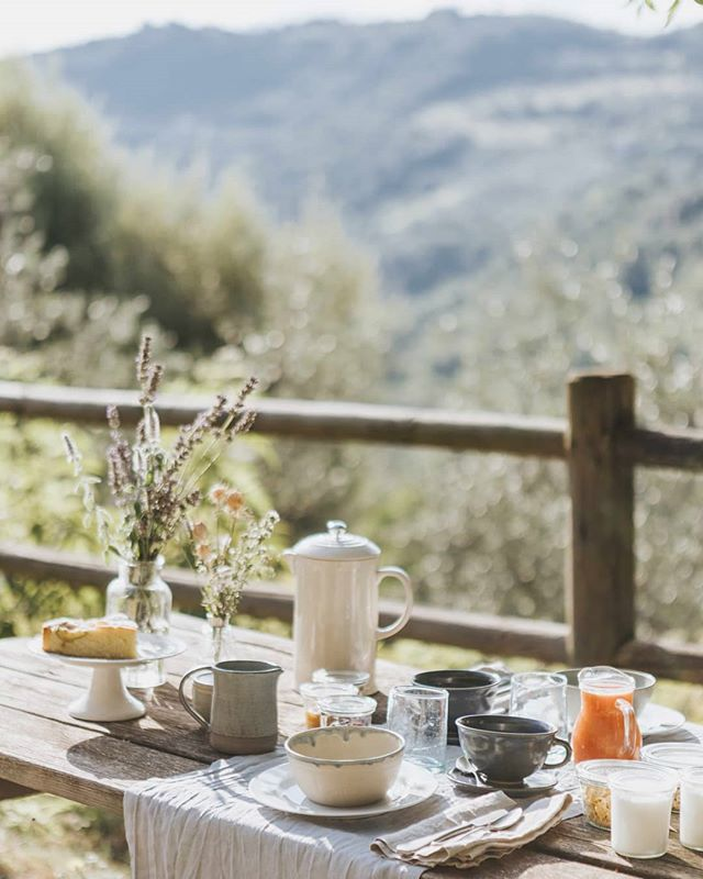 The days are still warm, but the mornings and evenings are getting remarkably cooler. Enjoying the last weeks (or days?) of breakfast outside, with the beautiful ceramics of Karla Sotres @geograficamx . . Have a relaxing weekend! . . 📷 @atelierauthentic . #lemolesulfarfa #agriturismo #visitlazio #slowtourism #embracingtheseasons #aseasonalshift #homemade #breakfastalfresco #sabinehills #countryliving #simplepleasures #aquietplace